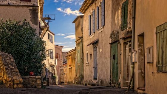 restauro conservativo: strada di paese con edifici in decadenza